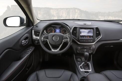 OPPGRADERT: Jeep har også gitt bilen en oppgradering innvendig. Med touch-skjerm og helskinn kan dette fort bli en vinner hos kvlitetsbevisste nordmenn. Foto: JEEP