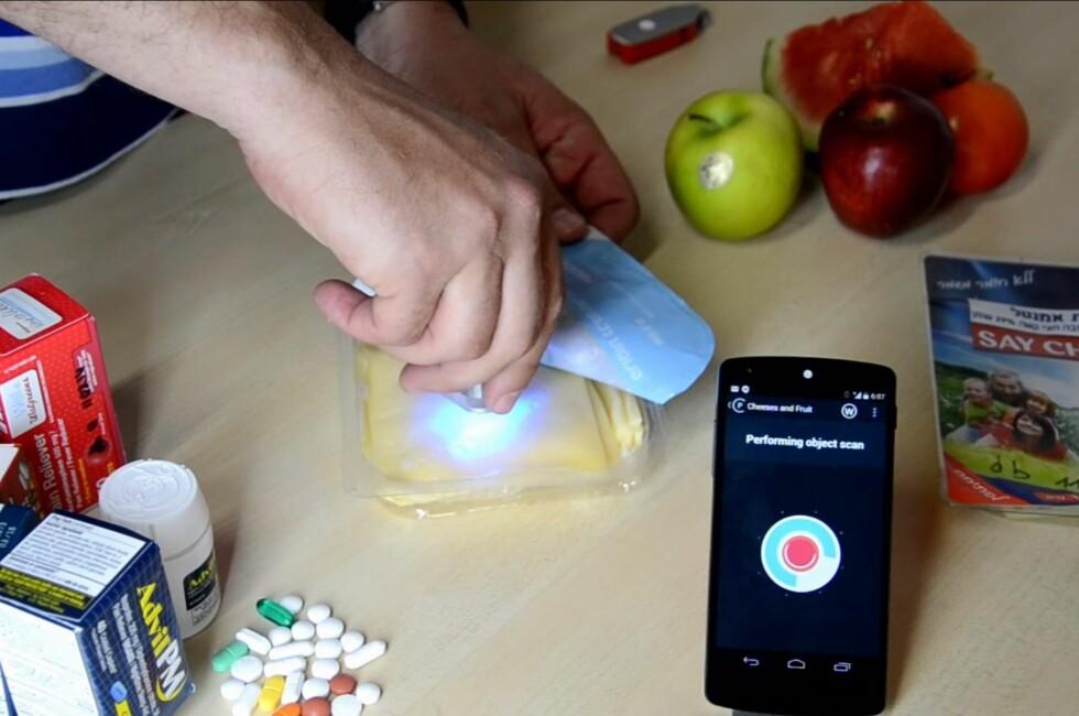 SJEKK MATEN: Med denne i lomma kan du sjekke kaloriinnholdet i maten du spiser. Og mye, mye mer. Foto: SCIO/YOUTUBE