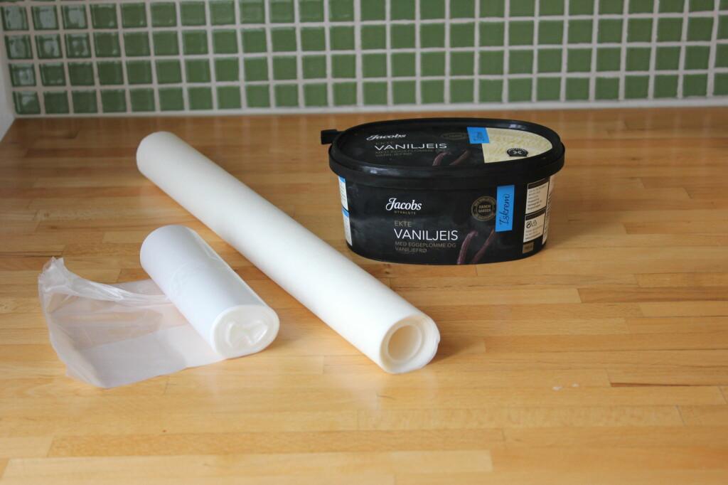 <b>BRØDPOSER OG BAKEPAPIR:</b> Enkle hjelpemidler for å unngå krystaller i iskremen.  Foto: ELISABETH DALSEG