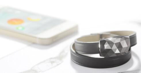SNAKKER MED TELEFONEN DIN: UV-armbåndet June er koblet sammen med smarttelefonen din og varsler deg via en app der, om hvordan du ligger an i forhold til UV-mengde.  Foto: NETATMO