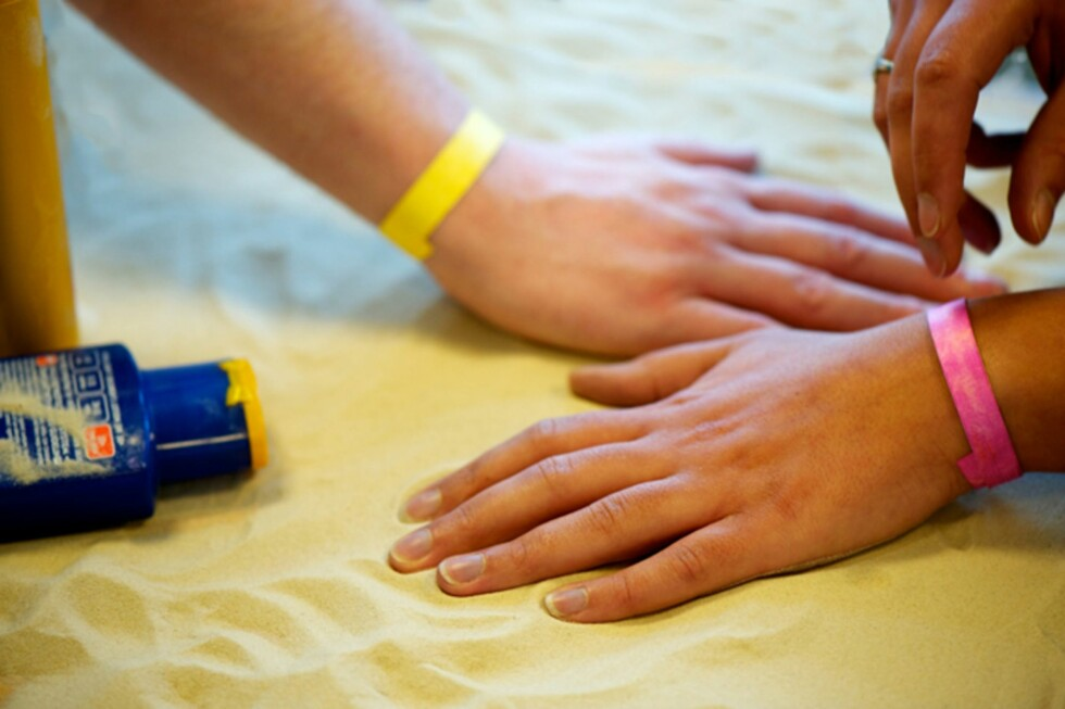 EN AV DISSE BØR KLE PÅ SEG: Er armbåndet gult, er det greit å være ute i sola, men blir det rosa bør du kle på deg eller gå inn. UV-armbånd skal varsle deg om når nok er nok - for deg som ikke kjenner din egen begrensning eller som rett og slett er glemsk. Foto: SMARTSUN