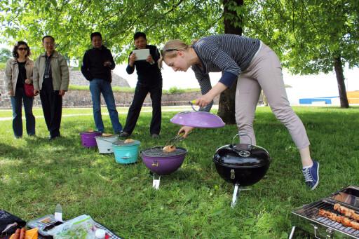 SJU GRILLER PÅ REKKE: Grilling i parken til stor glede for turister ... Foto: KRISTIN SØRDAL