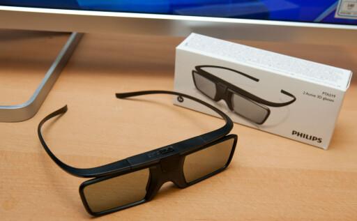 3D-BRILLER:  Aktiv 3D-teknologi gir 3D i full-HD. Med i esken følger det forøvrig 2 aktive briller.  Foto: PER ERVLAND