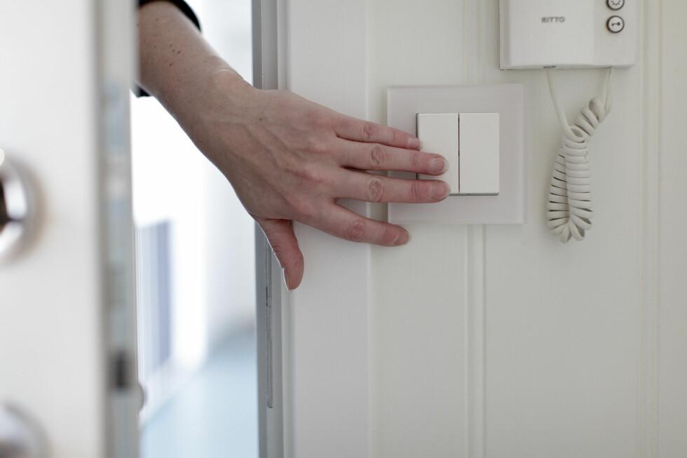 HOVEDBRYTER: Nå er én bryter nok til å kutte strømmen utsatte steder, senke varmen og skru av lyset på vei ut eller til sengs. Du kan selv bestemme hva som skal skrus av. Foto: NICKY TWANG