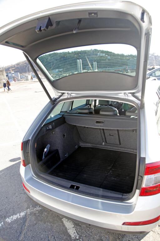 ENORM BAK: Bagasjerommet på Octvaia sluker hele 610 liter.  Foto: ESPEN STENSRUD / AUTOFIL