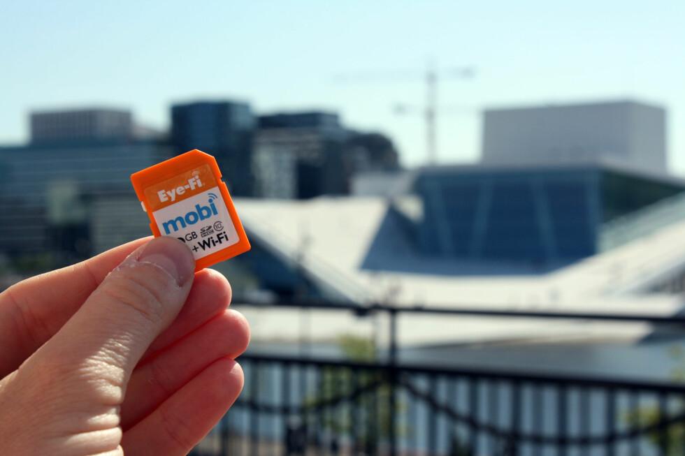 TRÅDLØST: Dette minnekortet kan du putte i et eldre kamera og vips, så har det støtte for å overføre bilder trådløst til mobiltelefonen. Foto: PÅL JOAKIM OLSEN