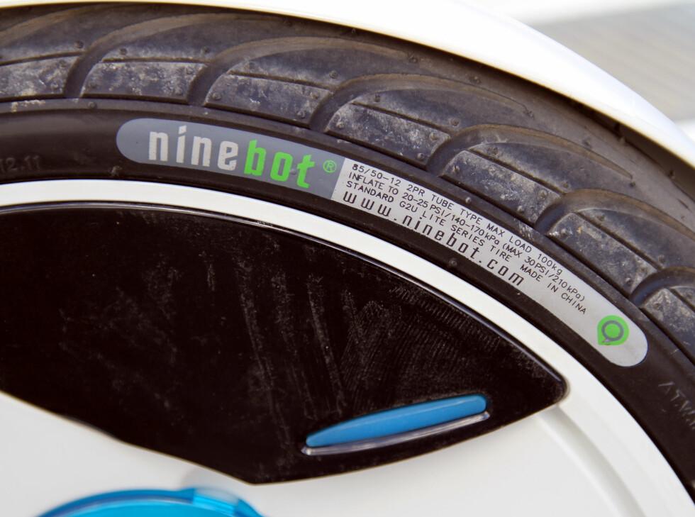 IKKE MYE KLARING: Det er ikke mye klaring mellom skjermene og hjulet. Foto: FRED MAGNE SKILLEBÆK