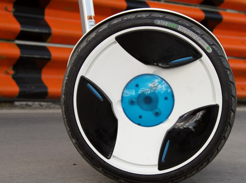 SELVBALANSERENDE: Ninebot er et selvbalanserende kjøretøy som fungerer som Segway. Foto: FRED MAGNE SKILLEBÆK