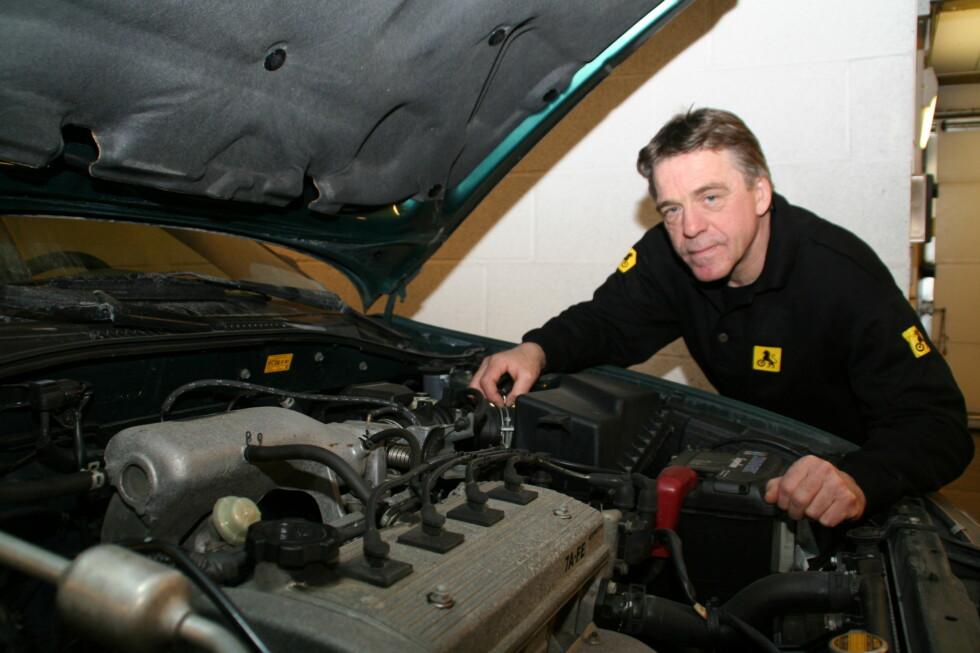 SJEKK SELV: Selv om du er uerfaren, er det ingen unnskyldning for ikke å sjekke bruktbilen grundig før kjøp. Her er NAFs Jan Ivar Engebretsens råd. Foto: NAF