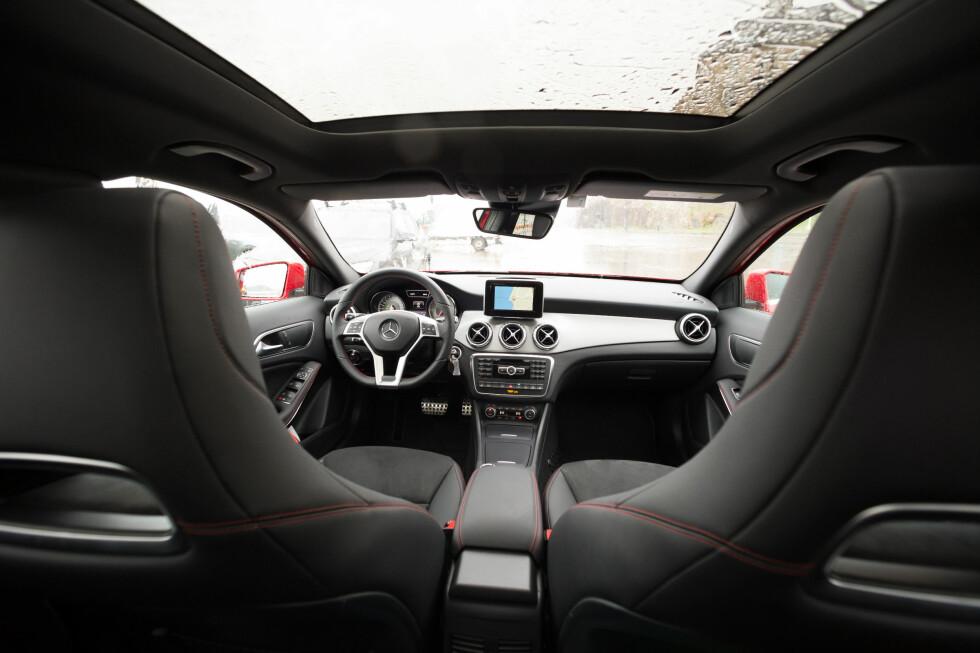 <strong><B>ENKEL Å BETJENE:</strong> </B>Mercedes-interiøret kjenner vi igjen fra A- og B-klasse - med en tydelig infoskjerm i midten.  Foto: Kasper van Wallinga / Autofil