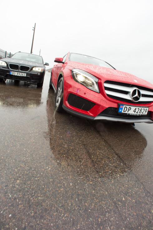 <strong><B>VISER ANSIKT:</strong> </B>Mercedes har jobbet med designet, og fronten er vesentlig mye tøffere enn hos BMW'en.  Foto: Kasper Van Wallinga / Autofil