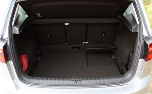 PRAKTISK: 500 liter bagasjerom er 120 liter mer enn i vanlig Golf. Her er gulvet lagt i nederste posisjon. Foto: KNUT MOBERG