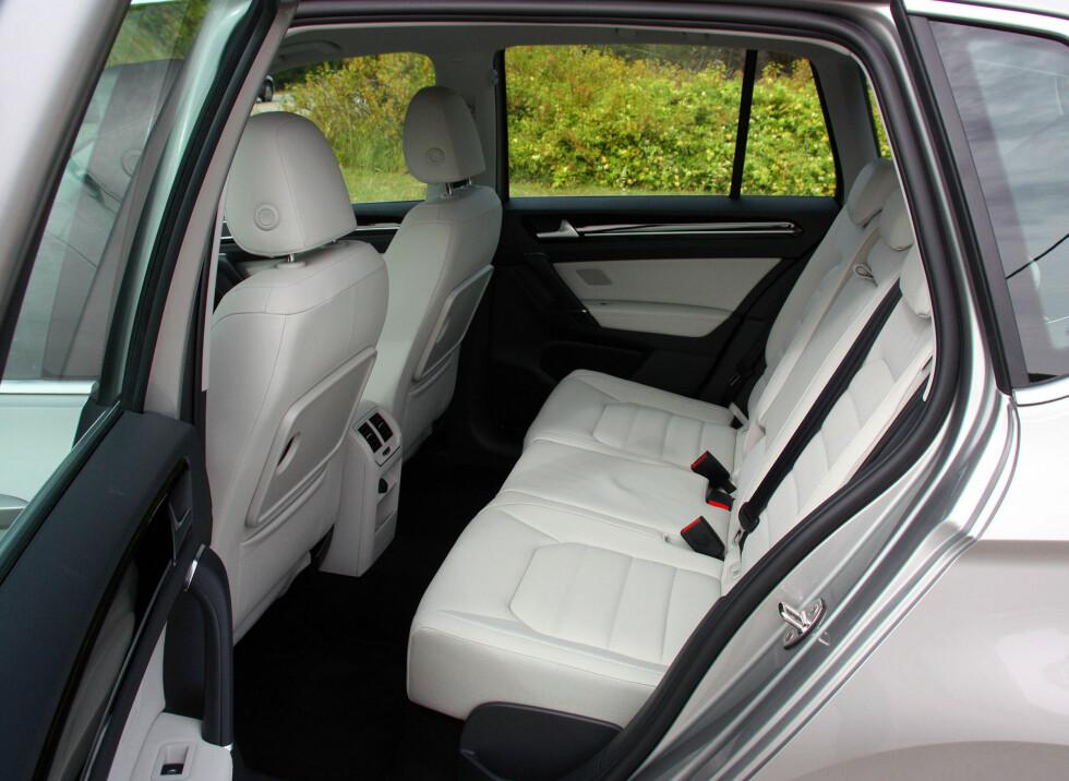 VELDIG ROMSLIG: Her kan storvokste sitte komfortabelt - det er rikelig både benplass og hodeplass. Foto: KNUT MOBERG