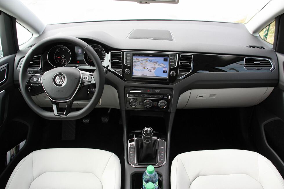 UTVILSOMT VW: Rene linjer, god oversikt og et godt kvalitetsinntrykk preger interiøret i VW Golf Sportsvan. Ergonomien er upåklagelig, med unntak av CD-lading i hanskerommet, plundrete for dem som fortsatt sverger til fysiske plater. Foto: KNUT MOBERG