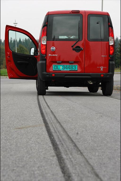 KAN SKILLE LIV OG DØD: Dersom du kjører i 50 km/t i 20 varmegrader, er bremsestrekningen hele 14,5 meter lengre hvis du kjører på piggfrie vinterdekk kontra sommerdekk. Foto: DINSIDE