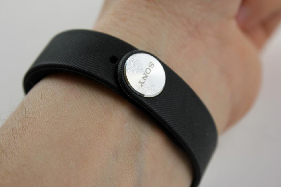 SITTER: Armbåndet festes med en «knapp» under håndleddet. Litt knot første gangen, men til gjengjeld sitter det godt. Foto: PÅL JOAKIM OLSEN