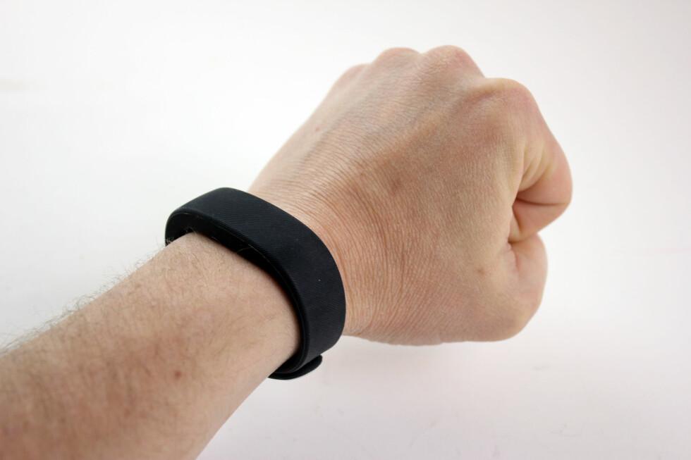 VIBRERER: Sony Smartband kan vekke deg om morgenen, vibrere når noen sender deg melding og logge både skritt og nattesøvn. Foto: PÅL JOAKIM OLSEN
