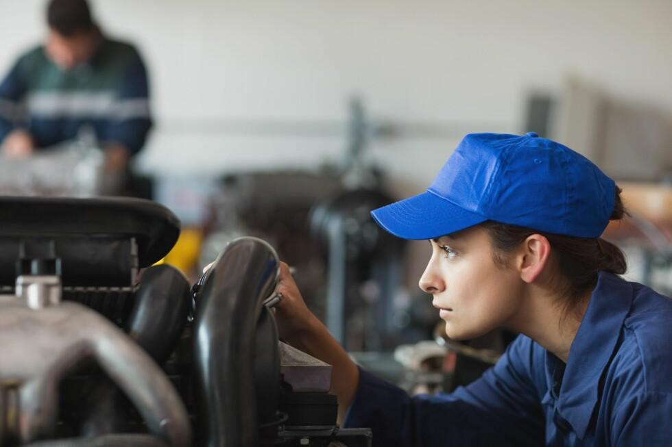 KOSTBARE BLIKK: At en mekaniker sjekker motoren før reparasjonen tar sted, for å gi et prisoverslag, kan koste penger. Men ikke mer enn de sier fra om på forhånd.  Foto: ALL OVER PRESS