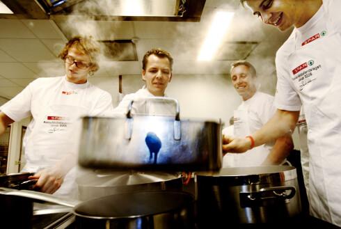 ERFAREN:  Mesterkokk Odd Ivar Solvold lærer koker her sammen med langt mer uerfarne håndballspillere. Til daglig driver han Mathuset Solvold i Sandefjord.    Foto: ALL OVER PRESS