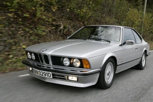 BAYERSK BLOMST: En nydelig 1982 BMW 635 CSI fra Tyskland, kan hentes hjem og bli din for under 85 000 kroner. Foto: AUTOFIL