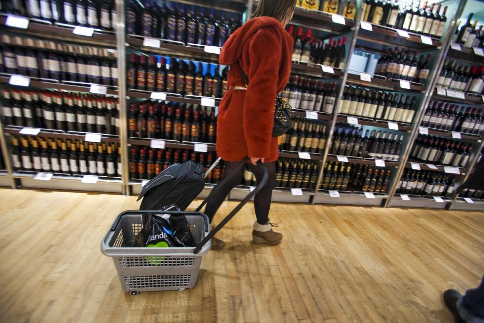 HER ER FAVORITTENE: Her er taxfreefavorittene på vin og brennevin - og hva du kan spare på å kjøpe dem på flyplassen kontra på Vinmonopolet. Foto: PER ERVLAND