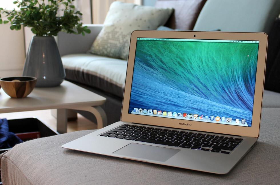 FIN I SOFAEN: Den slanke, bærbare MacBook Air egner seg godt til surfing i sofaen, men er også kraftig nok til ganske mye annet. Foto: Kirsti Østvang