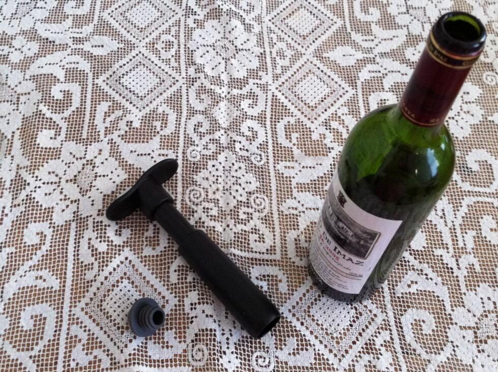 Vakuumpumpen fra Le Creuset er genial om du er av dem som ikke alltid drikker til det er tomt.  Foto: Elisabeth Dalseg