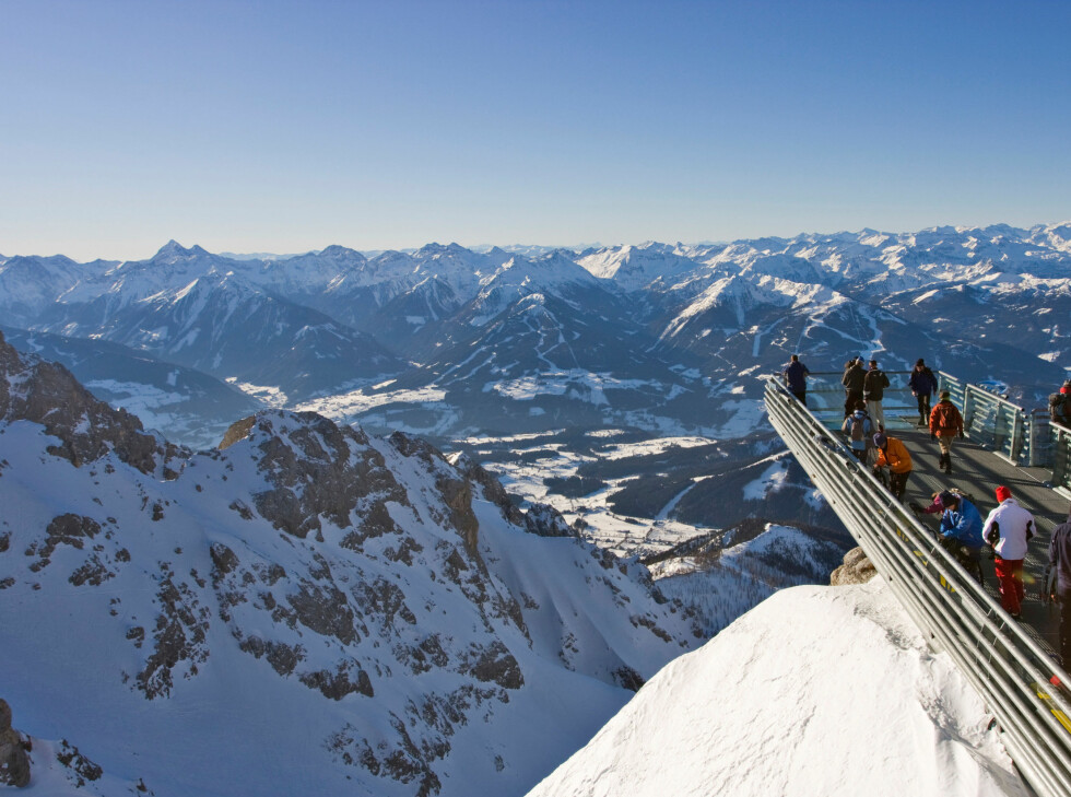 Skywalken i Dachstein, Østerrike. Det er 250 meter rett ned.  Foto: ALLOVER