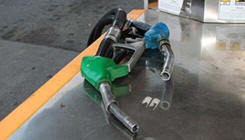 Diesel-pumpehåndtaket er som regel sort eller blått. Bensin-pumpehåndtaket er grønt (blyfri bensin). Dieseltuten har større diameter enn bensintuten.