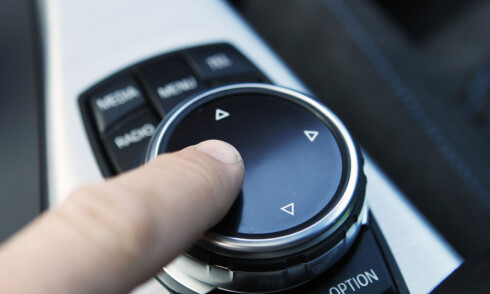SYRE: Du kan skrive inn bokstaver med fingeren oppå kontrollhjulet, men den funker ikke helt optimalt. Den skjønner blant annet ikke at en runding er O. Ø klarer den heller ikke. Derimot tror den at D er O. Skjønner? Foto: RUNE M. NESHEIM