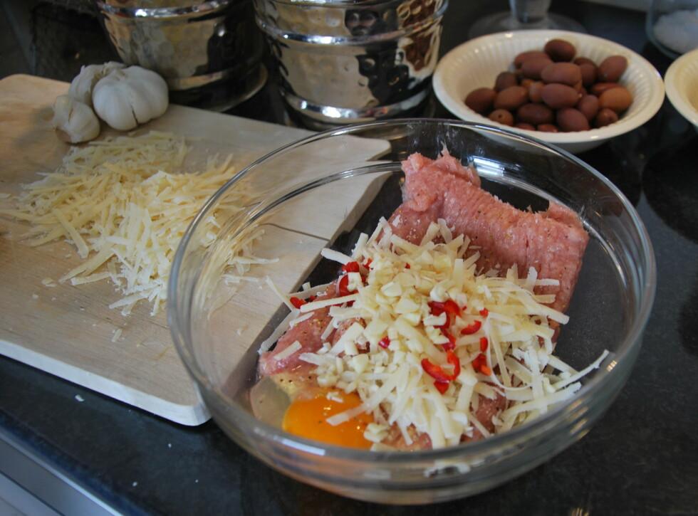 SNART KJØTTBOLLER: Albondigas lager vi blant annet med parmesan. Foto: CHARLOTTE REBTUN ANDRESEN