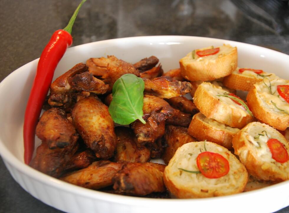 KYLLING: Kyllingvinger og brød serveres varme. Foto: CHARLOTTE REBTUN ANDRESEN