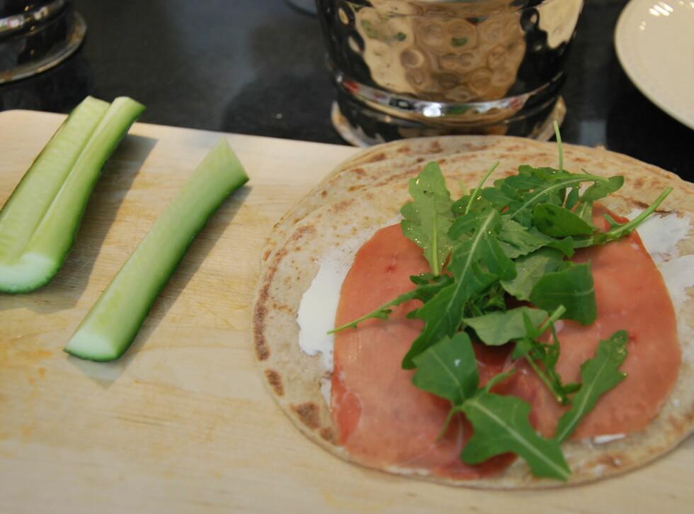 WRAP: Ruller med smøreost, skinke og ruccola kan også friskes opp med agurk og kanskje litt paprika eller avocado? Foto: CHARLOTTE REBTUN ANDRESEN