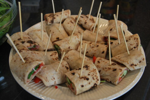 PÅ PINNE: Wraps klare til servering. Foto: CHARLOTTE REBTUN ANDRESEN