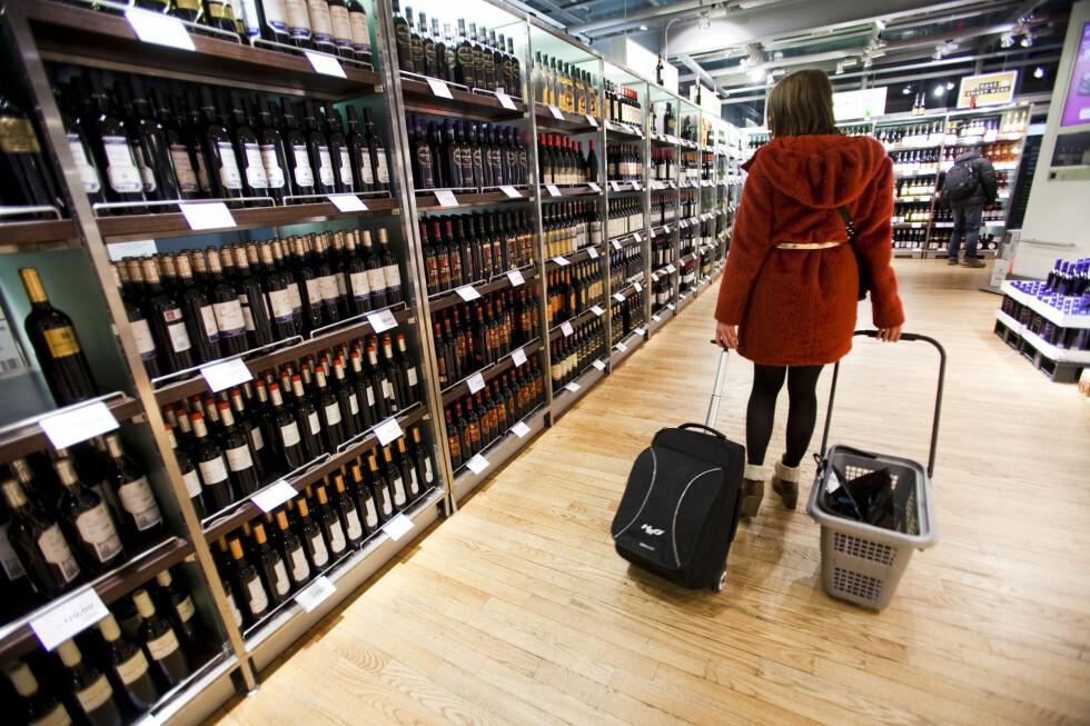 MER ALKOHOL: Bruker du ikke tobakk, vil regjeringen at du skal kunne kjøpe mer alkohol.  Foto: Per Ervland