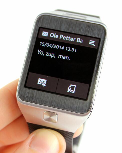 <strong><b>SVAR HVIS DU VIL:</strong></b> Får du en SMS, kan du svare på den med forhåndsdefinerte meldinger. Du kan også åpne den direkte på telefonen. Foto: KIRSTI ØSTVANG