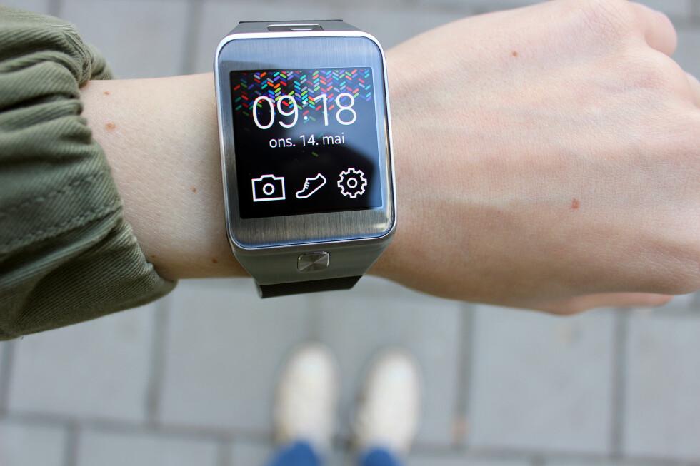 <strong><b>SKJERM PÅ HÅNDA:</strong></b> Samsungs nyeste smartklokka er mye skjerm. Særlig på en liten hånd. Foto: KIRSTI ØSTVANG