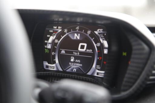 NATURAL: Slik ser instrumentene ut når du skal kjøre pent. Grått og trist. Kjørecomputeren har mange funkjsoner. Foto: RUNE M. NESHEIM