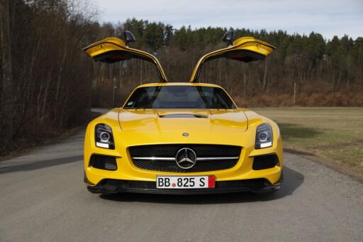 SIGNATUR: Det er kult at Mercedes tør å serieprodusere de uprakiske måkevingedørene.  Foto: RUNE M. NESHEIM