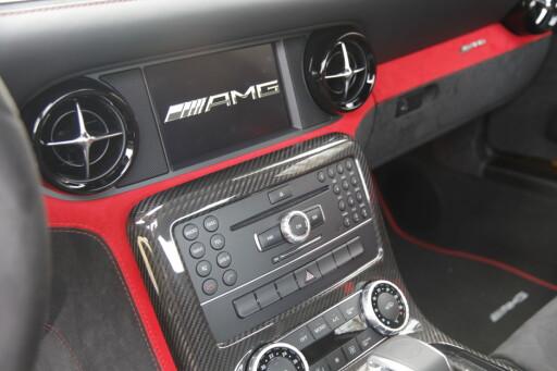 MIT ALLES: Selvsagt har den alle bekvemmeligheter, selv om AMG aller helst håper du bruker den til det de har bygget den for; kjøre fort på bane. Foto: RUNE M. NESHEIM