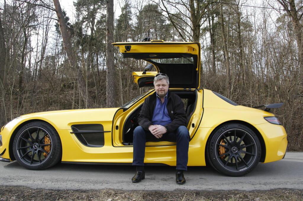 <b>FORNØYD:</b> Tilfeldigheter gjorde at Erling Olsen fikk tak i den sjeldne bilen. Kun 350 er produsert. Foto: RUNE: M. NESHEIM