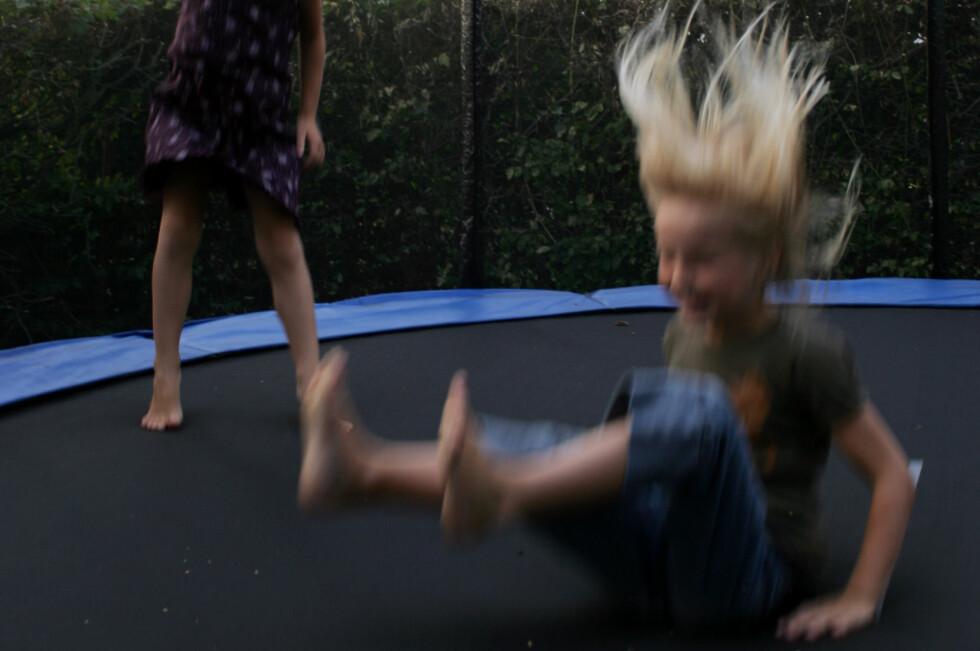 GOD TRENING: Trampolinen er med på å gi barna god motorikk. Men det er ikke uten risiko. Foto: COLOURBOX.COM