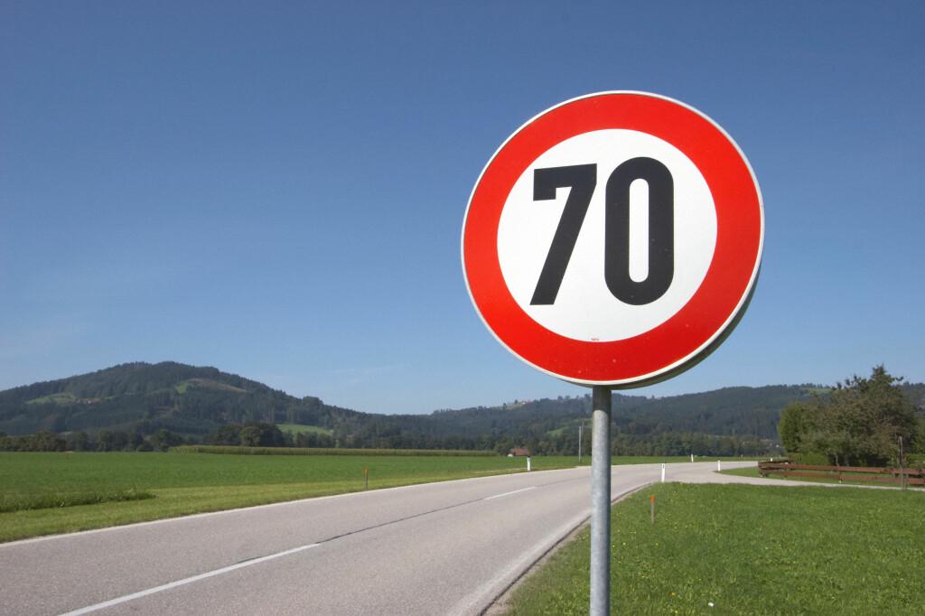 HER KAN DU IKKE KJØRE: Kjører du her med ståhjulingen, kan du risikere å få en bot på 2.000 kroner. Det foreslås nemlig at det skal bli forbudt å kjøre med de selvbalanserende kjøretøyene på veger med hastighetsgrense på over 60 kilometer i timen. Foto: COLOURBOX.COM