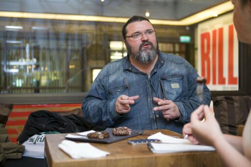 KVALITET: Hans-Erik Dyvik Husby forklarer hva valg av kjøttstykke, marmorering og ikke minst hvor grovt det kuttes, har å si på burgersmaken. Foto: PER ERVLAND