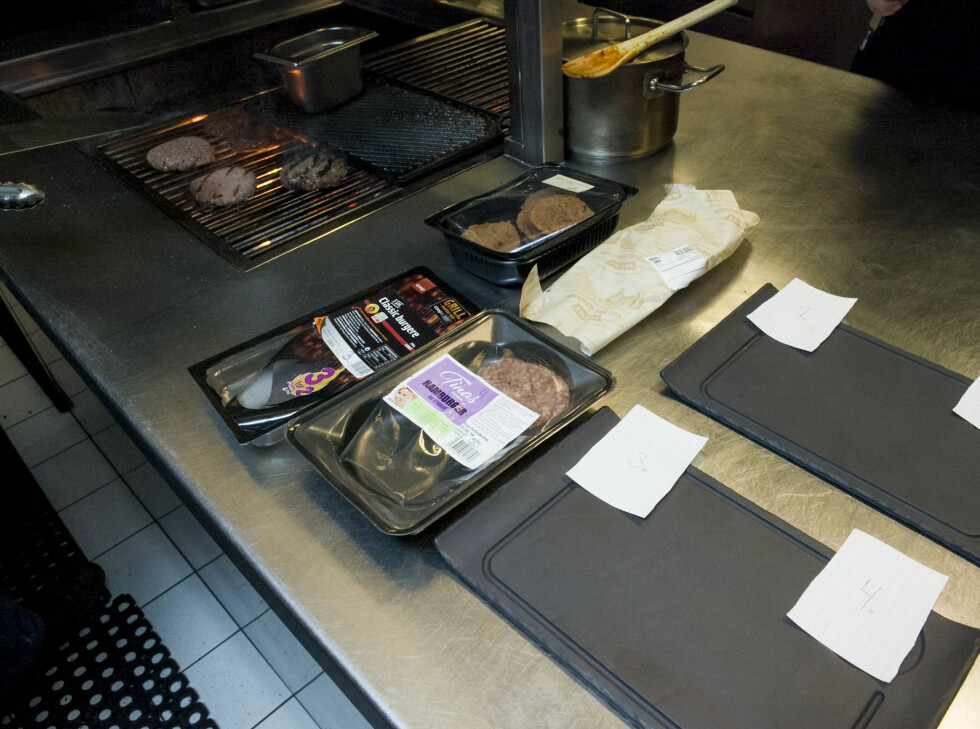 BLINDTEST: Testpanelet visste ikke hvilke burgere som ble servert når - kun at de var kjøpt inn i dagligvareforretninger.  Foto: PER ERVLAND