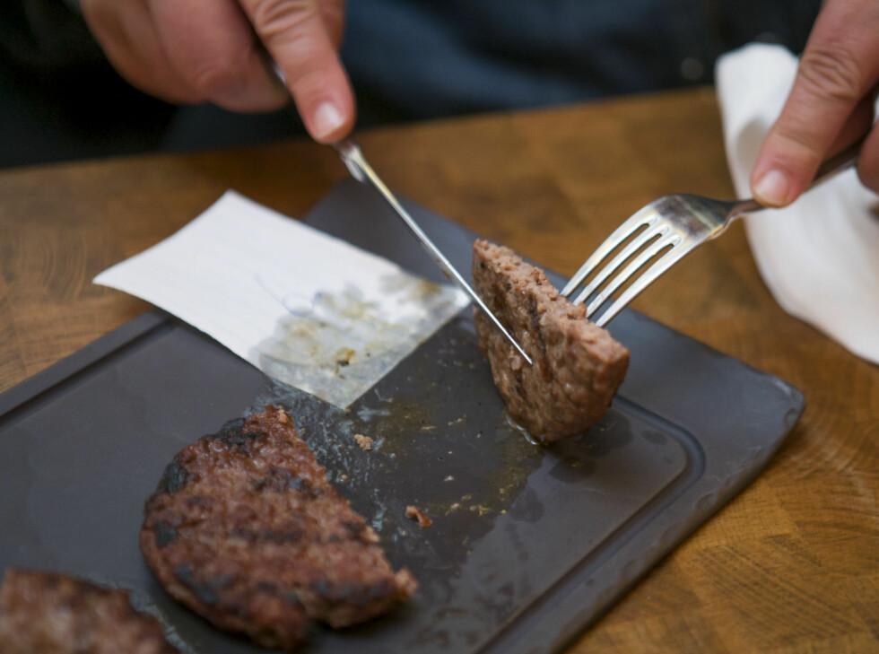 """TRISTE GREIER: Denne burgeren fikk frem de mest begredelige adjektivene, og ble sammenlignet med """"pappburgere"""" man får i pakker med burgerbrød fra frysedisken.  Foto: PER ERVLAND"""