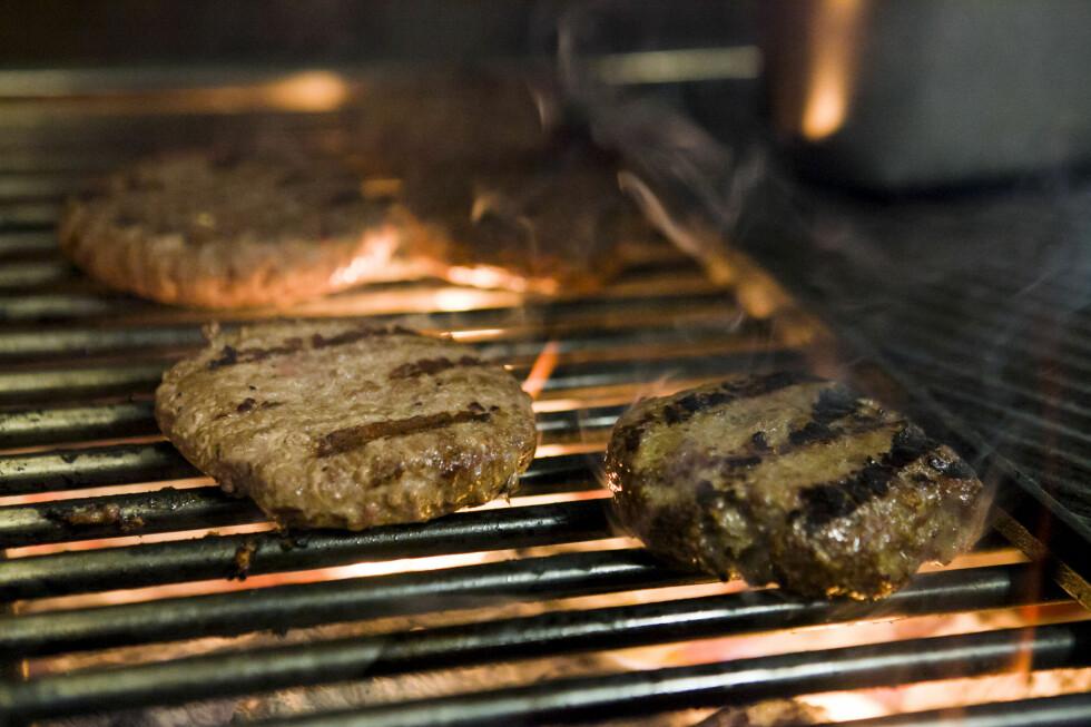 PERFEKT STEKT: En perfekt burger skal ha en fin, glad stekeflate med spor av grillen, men fortsatt være saftig og fin på innsiden.  Foto: PER ERVLAND