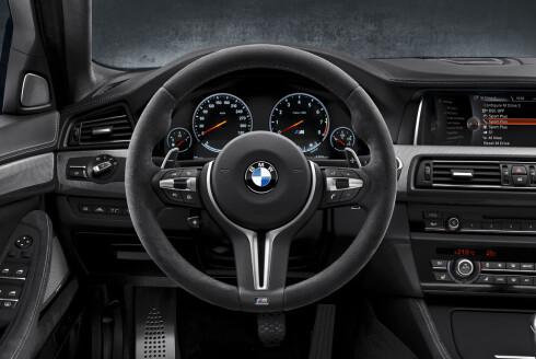 GREPSVENNLIG: Rattet er trukket i alcantara på spesialutgaven av M5. Foto: BMW