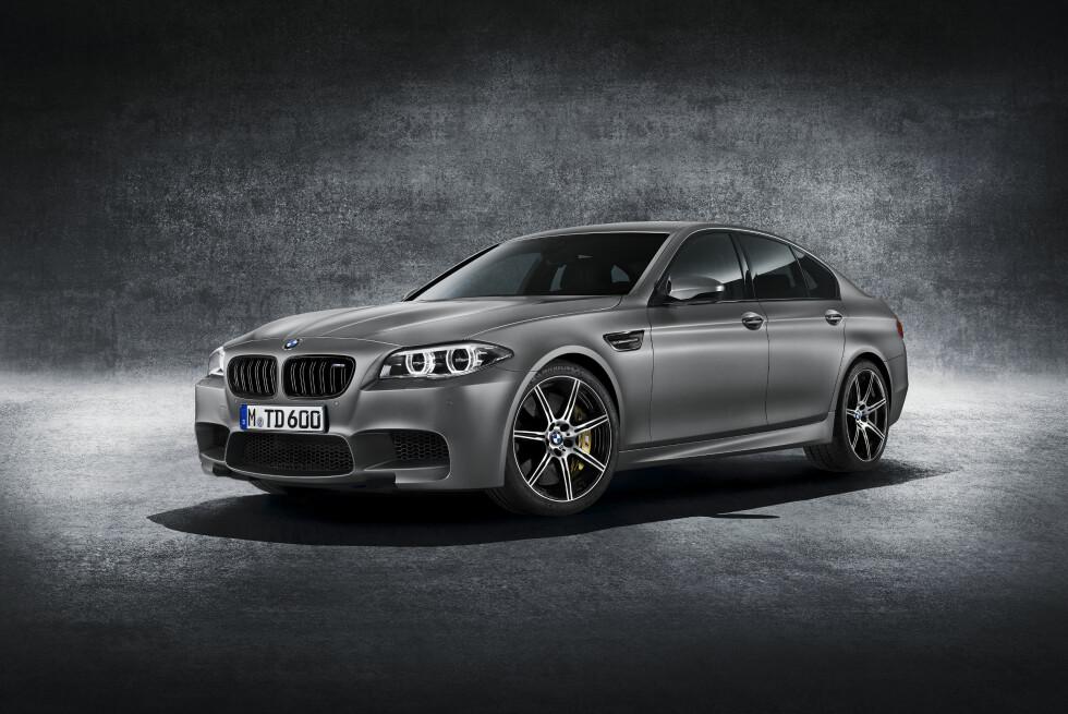 KUN 300: 21. mai åpner salget med offentliggjøringen - på Instagram (!) - av et telefonnummer man kan ringe. 30 Jahre M5 er senket og stivet opp, og har en del visuelle egenheter. Foto: BMW