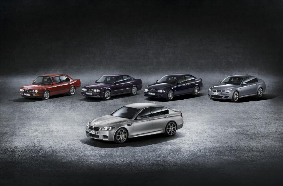 JUBILEUM: I forgrunnen BMW 30 Jahre M5, som utfordrer selveste Mercedes E63 AMG med sine voldsomme ytelser. Eller hva sies om 600 hester og 700 newtonmeter? I bakgrunnen de foregående M5-versjonene. Jubiléet er i anledning av at det er 30 år siden BMW begynte utviklingen av første M5 - som først kom i salg i 1985. Foto: BMW